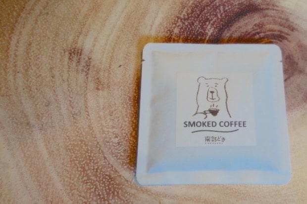 SMOKED COFFEEのドリップパック。かわいらしいイラストは雪奈さんが描いたもの。