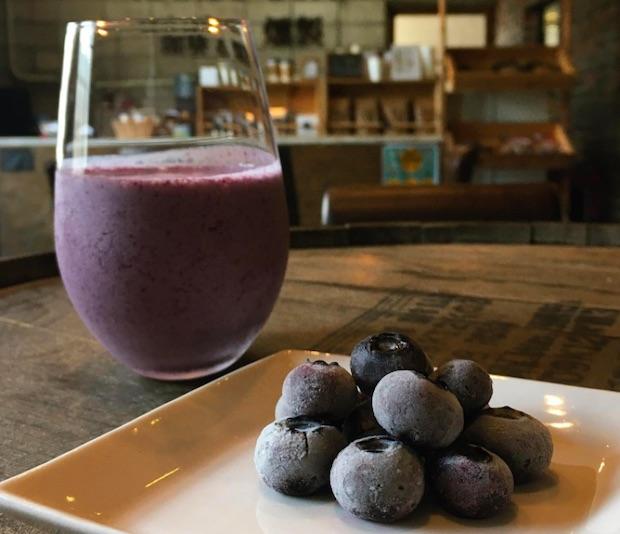 沼畑総合ファーム(南部町)のブルーベリーを使用したラッシー。ほかにも桃のラッシーや、剪定をともに行うNPO法人〈三本の木〉がつくる、南部町産のフルーツを使用した焼き菓子などを販売しています。