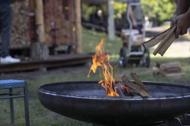 焚き火に薪をくべている様子