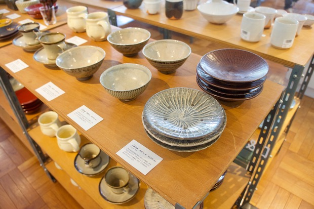 安川氏が集めた民藝品の展示販売