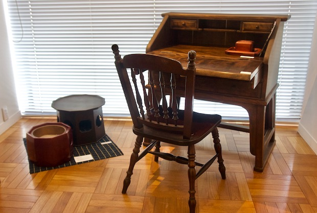 安川慶一の仕事展 椅子とテーブル展示