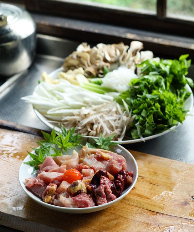 鍋の具材。比内地鶏はもも肉、むね肉などの正肉だけでなく、きんかんやレバー、ハツなども一緒に煮込んで深い味わいに。
