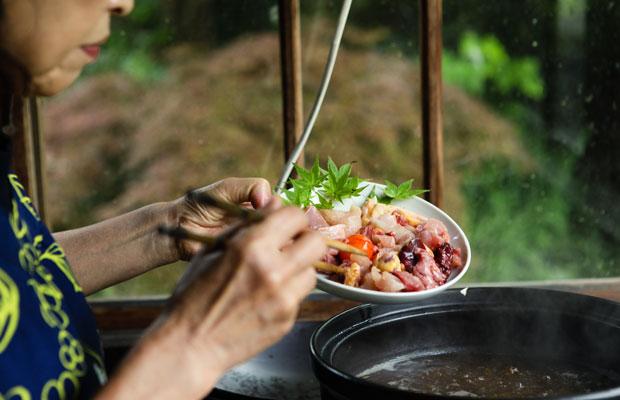 まずは比内地鶏を投入。続いて野菜も火の通りにくいものから入れていく。