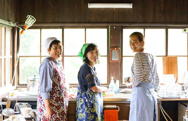左から、本間育美さん、伊藤信子さん、張梨香さん。