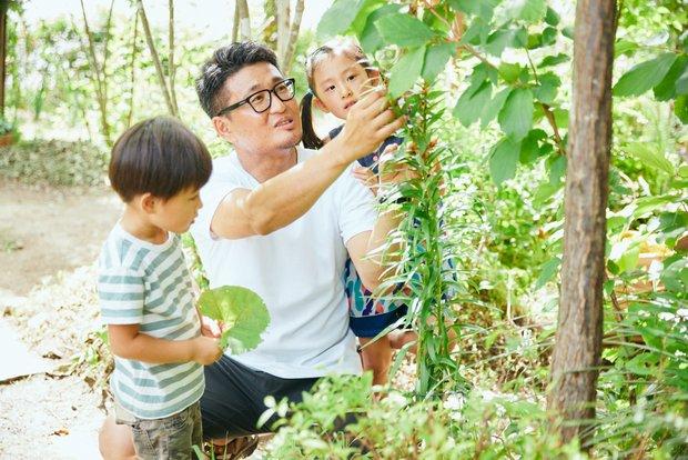 子どもたちも庭の植物に興味津々。毎日が「森の授業」。