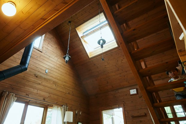 部屋は吹き抜けの構造。天窓があって明るい。