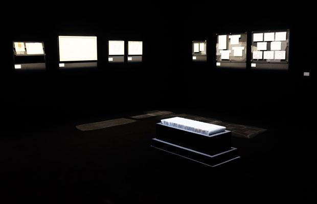 『ことばのいばしょ』展示風景。中央に置かれたのは『ことの次第』の原画。無数の原画が棺のような箱に納められた。