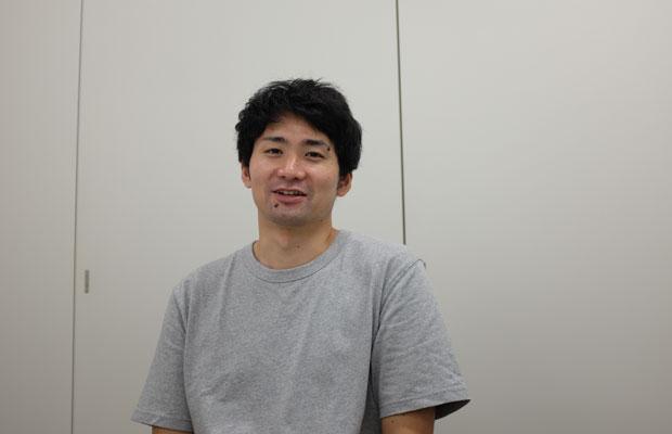 茨城県で制作を続ける折笠さん。トークを終えた翌日、フライト前の時間にインタビューに応えてくれた。