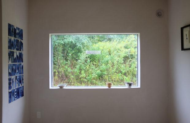 まるで絵画のような窓、そして風合いのある塗壁。事務所として使うだけでは惜しいくらいの仕上がりだったため、ギャラリー空間として使用。