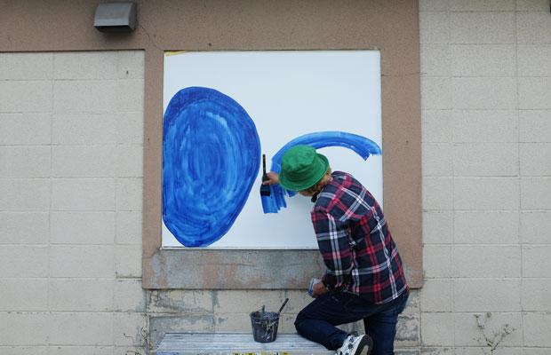 壁面の窓だった部分にも絵を描く。