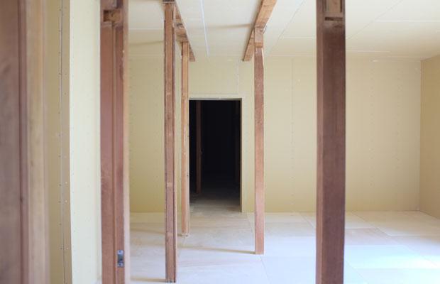 壁と床を貼り終えたアトリエ。もとあった柱が残っていて回廊のようなイメージがある。