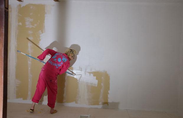 アトリエの奥側は窓がない、電灯を設置するまでは業務用のライトを頼りにペンキを塗っていった。