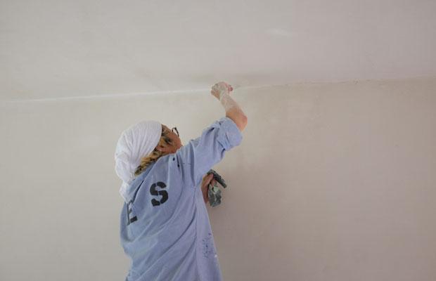 塗壁の際にヤスリをかけるMAYAさん。細部まで手間を惜しまない。