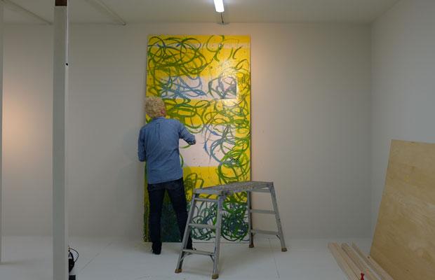 縦240センチの作品を描き始めたMAYAさん。これをまずは10枚描き上げたいのだという。