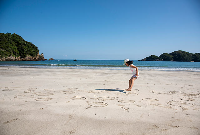 下田の砂浜で遊ぶ我が娘