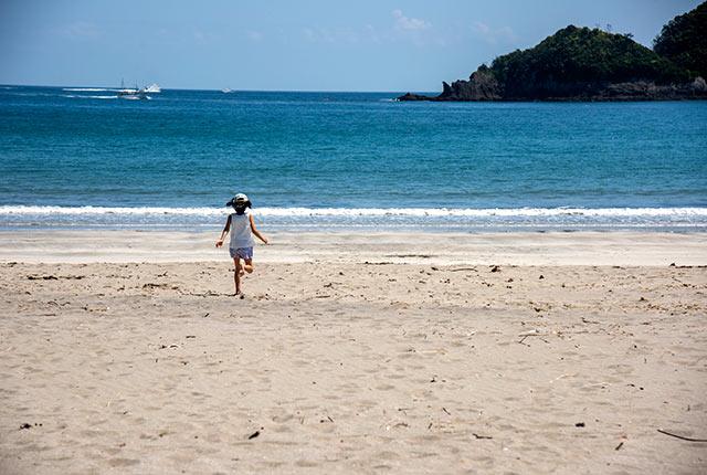 浜辺を走る我が娘