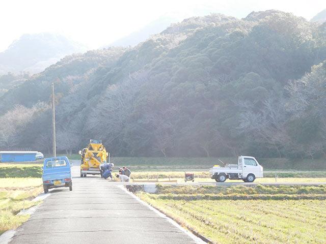 稲刈り後の風景。軽トラがあぜ道に