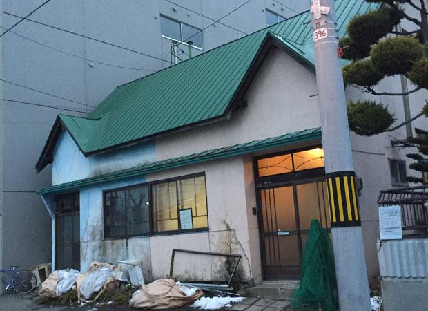 木造2階建の店舗兼住居で、元は小売店だった。入り口がふたつあり、左側が店舗、右側が住居で、広さは約230平米。ひとつの建物を2者が所有していた。