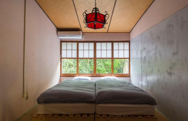 客室の「朝霧」。窓からは浅間大社の森が見える。(撮影:甲田和久)