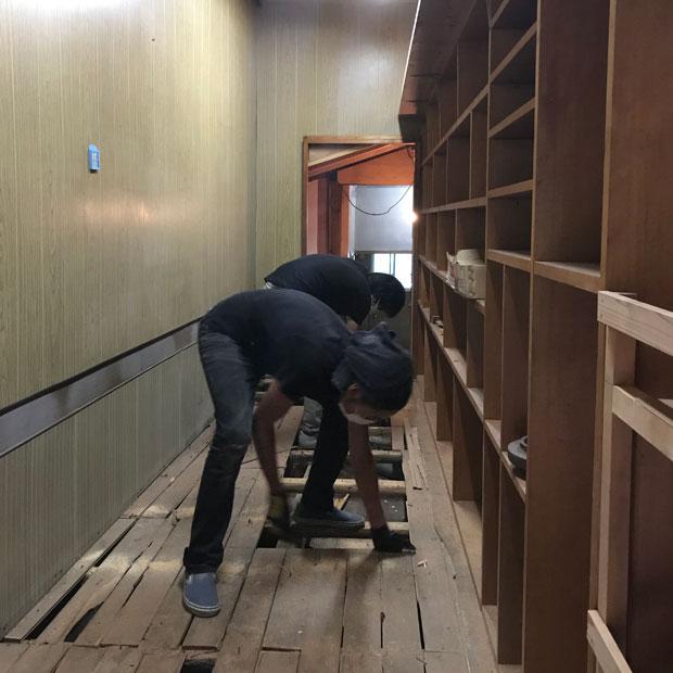 勝亦丸山チーム。僕らは自前の工具を持ち込んで、壁や床など一部解体しながら、図面を書いていた。その働き方がチーム一体の空気感をつくったと、本多さんは言ってくれた。