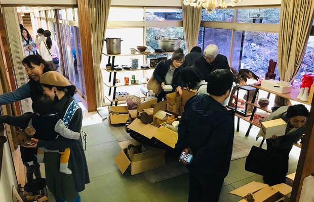 地元の人々に開業の挨拶のため、割烹旅館時代の食器や家具などをシェアするイベント「がらくた市」を企画した。