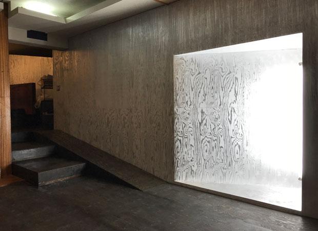 アクティビティセンターの電動アシストバイクを置くスペース。壁はシルバーの木目に。ここから富士山五合目まで自転車で目指す。
