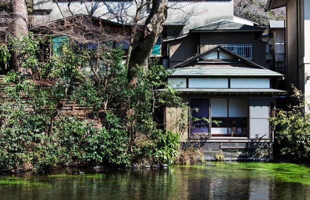 大社の境内、湧玉池から掬水を見る。写真中央の池に突き出している部屋が「水の間」だ。(撮影:甲田和久)
