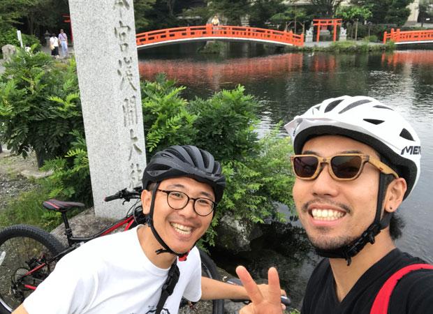 本多大典さん(左)と勝亦(右)。E-Bike(電動アシストバイク)で湧玉池から富士山五合目を目指した。