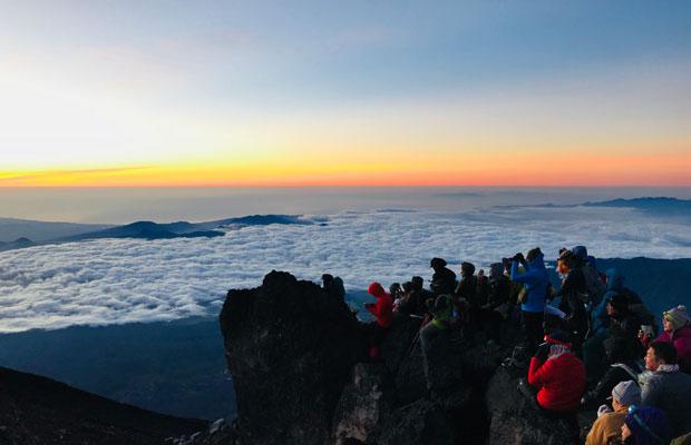 富士山頂の日の出。