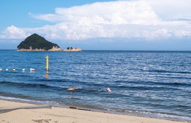 風がある日は波がたつ。この日は小さな波。でもいつもの瀬戸内海と比べたら波がある!