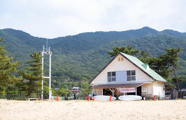 〈シマアソビ〉の拠点は、島の北側の小部というエリアの海岸。もともとは地域の自治会が管理していたキャンプ場。ここの運営をいまはシマアソビがしています。
