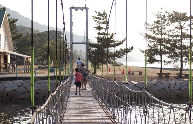 キャンプ場の真ん中にある吊り橋。子どもたちにとってはこれもひとつのアトラクション。