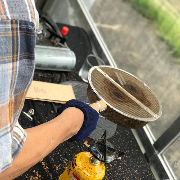 焙煎セミナーの様子。生豆からの香りの変化も楽しい。(写真提供:にいがたコーヒープロジェクト)