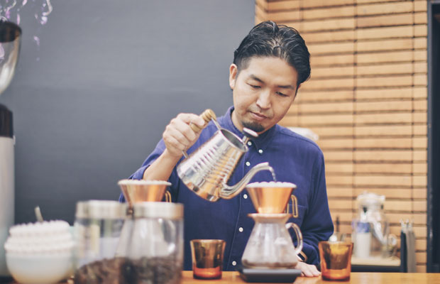 取り扱う豆の特徴を熟知しているバリスタの星野元樹さん。コーヒー目当てに訪れる人も多い。