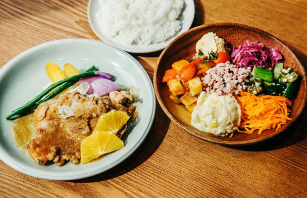 Café&Meal MUJI ホテルメトロポリタン鎌倉の看板メニュー「ポークジンジャー」には、鎌倉の海藻で育てた海藻ポークを使用。ほかにも同店ではアクアパッツァやチキンカツレツ、煮込みハンバーグなどのオリジナルメニューが揃う。