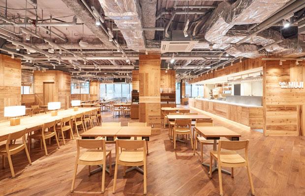 住民がゆっくりできるお店が少ないという声を受け、銀座店を上回るスペースに144席を配したCafé&Meal MUJI ホテルメトロポリタン鎌倉の店内。(写真提供:良品計画)