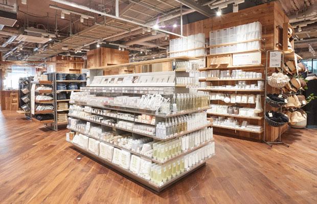 MUJIcomは、無印良品の商品群の中から、普段の生活に必要なアイテムを中心に取り扱う店舗形態。MUJIcom ホテルメトロポリタン鎌倉では、開店前に行った住民へのヒアリングで要望が多かった食に関する商品を多く取り揃え、通常MUJIcomでは扱わない冷凍食品などもラインナップしている。(写真提供:良品計画)
