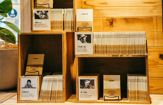 MUJIcomの店内では鎌倉にゆかりのある文化人に関する書籍や、地元の出版社から仕入れた本の販売なども行っている。