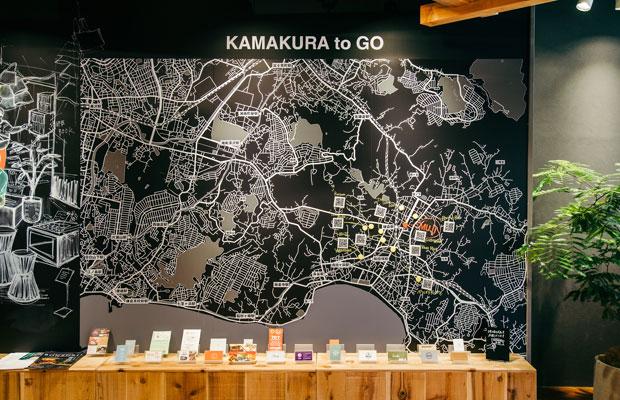 鎌倉店のシンボルとなっている「KAMAKURA to GO」マップ。さまざまな店舗のショップカードも置かれているが、永尾さん自らがオススメできるように、つながりがあるショップのものだけを置くようにしており、お店側から要望があった場合は必ず一度その店舗に足を運ぶようにしているという。