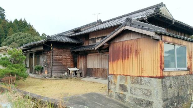 この地域では典型的な厩のある空き民家。