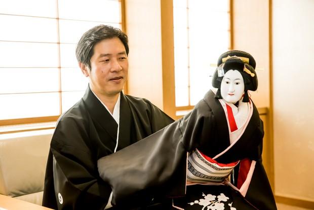 『冥土の飛脚』という演目に登場する「遊女梅川」の人形を操る。
