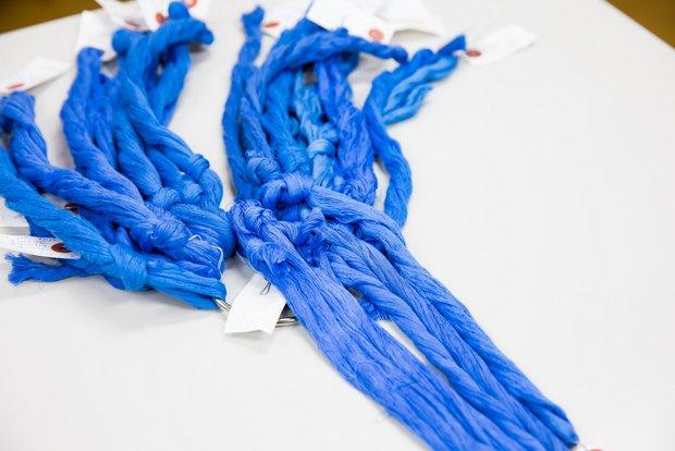 染められた糸の束。