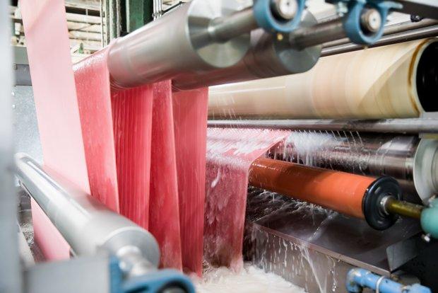 水で糊を除去する糊抜加工はどの生地にも行う基本処理。