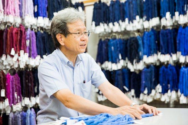 大量のサンプルをバックに語る〈多可染工株式会社〉代表取締役社長、橋本義仁さん。