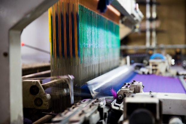 ジャカード織りの織機。