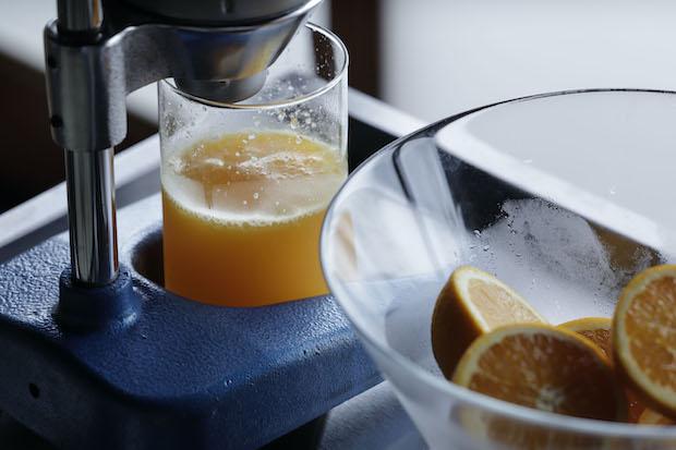新鮮な果実を使った搾りたてのオレンジジュースも