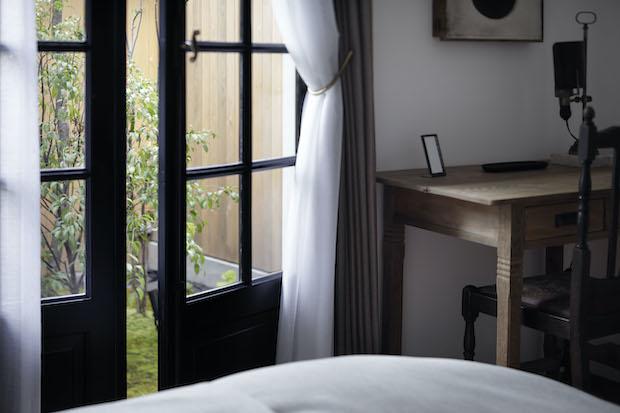 ベッドからは美しい庭が見えます。