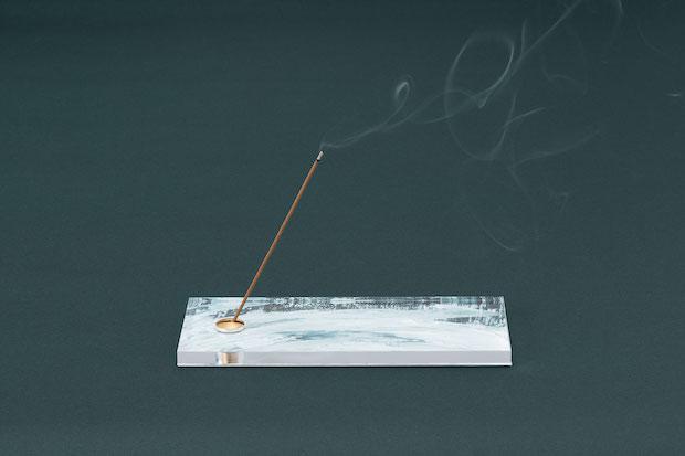 スティックタイプのお香から煙が立ち上っている様子