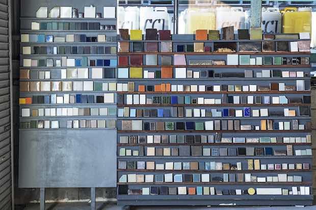 色見本のアーカイブ。〈株式会社エクシィズ〉ではTAJIMI CUSTOM TILESのほか、日本古来の伝統的なタイル製造法の復活や、環境保全のことを考えたリサイクルタイルの生産などにも積極的に取り組む。Photo:Kenta Hasegawa