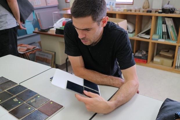 Max Lamb (マックス・ラム)1980年イギリス生まれ。デザイナーとして活躍する一方、素材に対する確かな知識と、卓越した造形力、ものづくりの技を生かし、自らの手で数々のプロダクトを作り上げている。
